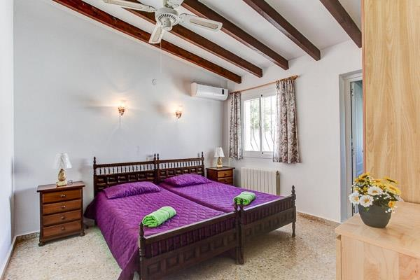 twin bedroom with air con