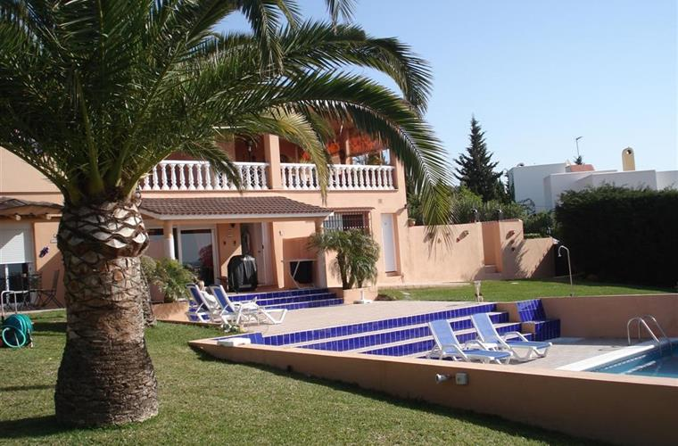 Relation of the villa / pool / garden.