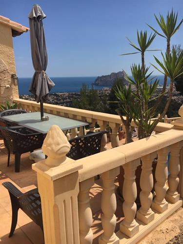A terrace with view of Calpe Penon