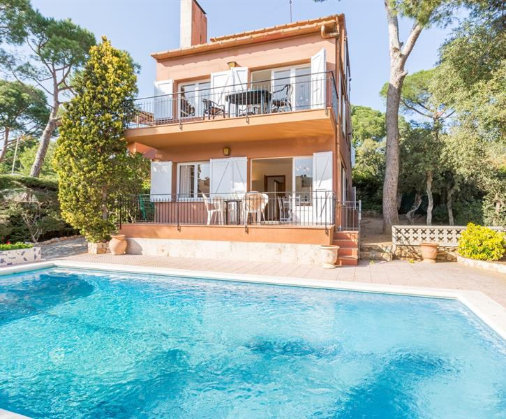 The swimming pool of this pleasant villa in Calella de Palafrugell