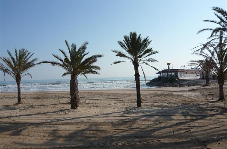 Wide sandy beaches with fabulous seafood restaurants & sports hire