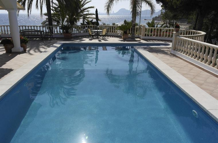 The pool of 5 x 12 m. offers a stunning view over the bay.