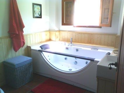 jacuzzi bath in upstairs bathroom