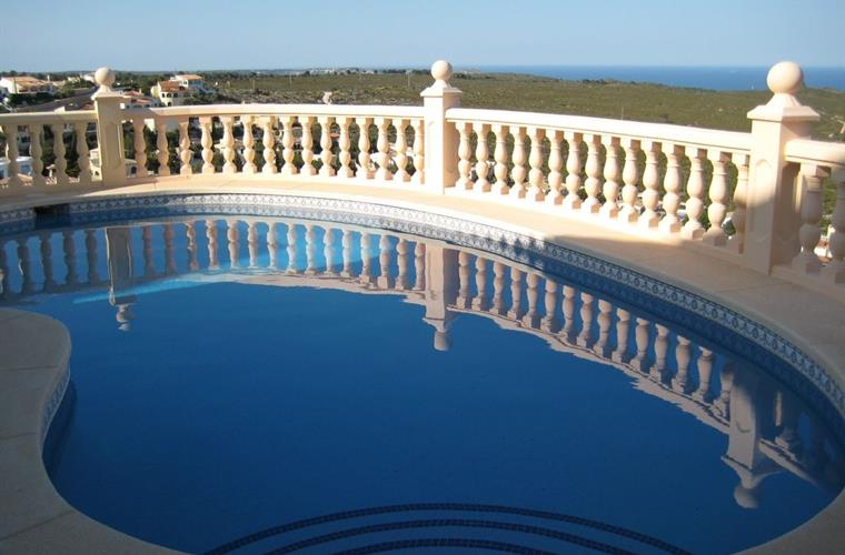 The kidney-shaped private pool with Mediterranean view