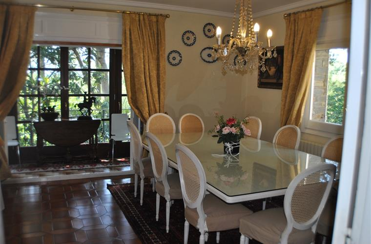 Elegant dining room for 10 people