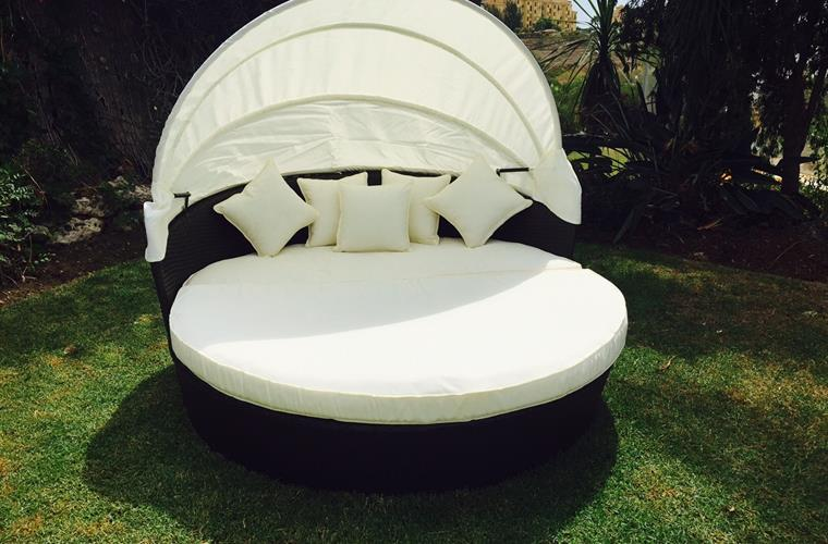 4 seater rattan love bed