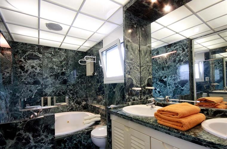 1 of the 6 bathrooms