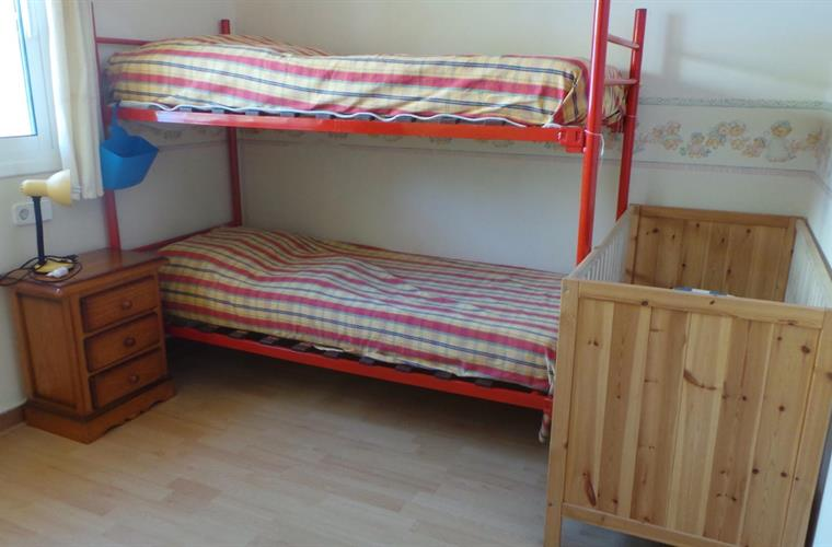 Bedroom with Bunk and babybed   Slaapkamer met stapel en babybedje