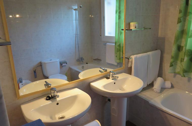 Shared en-suite bathroom with twin basins